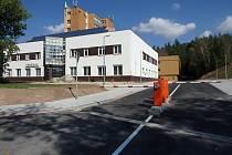 Parkoviště u nemocnice v Rakovníku.