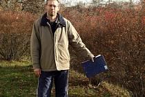 Pavel Strouhal ukazuje na místo, kde by měl vyrůst nový dům