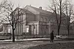 Budova sokolovny, jejího areál obepínal dřevěný plot, ve směru od Čermákových sadů.