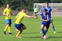 Fotbalisté Dynama Nelahozeves (v modrém) si vyšlápli na vedoucí tým své soutěže.
