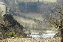 Sráz pod hradem Týřovem nad řekou Berounkou je zrádný