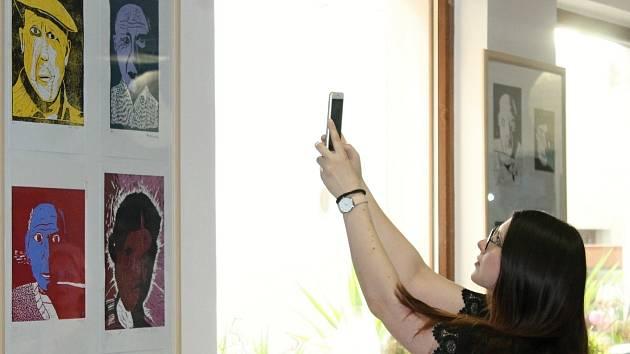 V rakovnické vinotéce byla zahájena výstava žáků Evy Pelcové s názvem Inspirace - Pablo Piccasso - modré období.