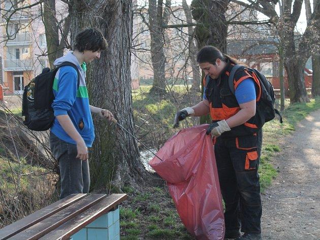 Studenti zemědělské školy čistili Rakovnický potok ke Dni Země