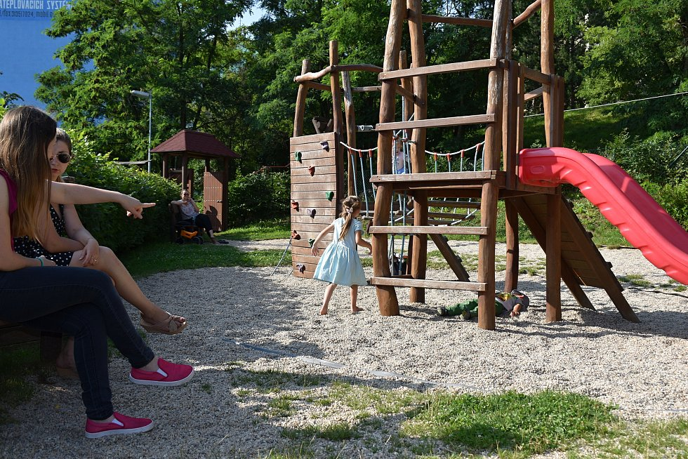 Dětské hřiště Bendovka v Rakovníku se během pondělního slunného odpoledne zaplnilo několika desítkami dětí, které si užívají letní prázdniny.