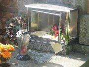 Poničené hroby na rakovnickém hřbitově