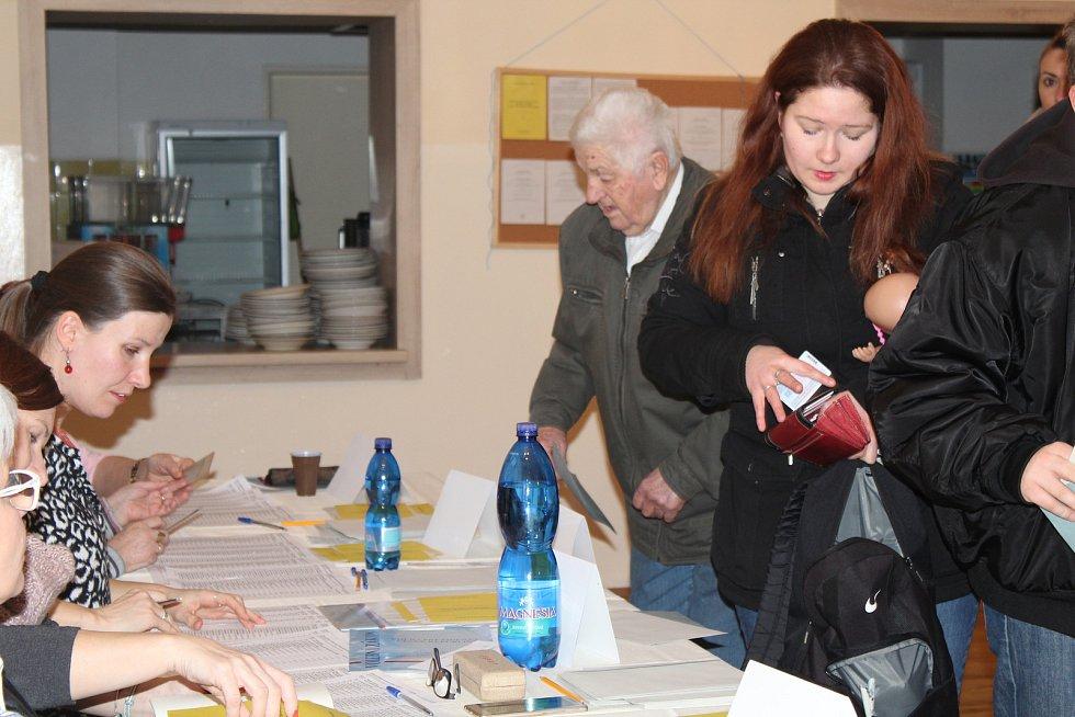 Rakovník - Jídelna pro zaměstnance v Masarykově nemocnici v Rakovníku se proměnila na volební místnost. Volit mohli i pacienti, kteří museli zůstat na lůžku. Volební komise se vydala za nimi.