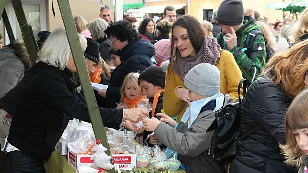 Na dvoře Základní umělecké školy Rakovník se konal již jedenáctý Vánoční jarmark.