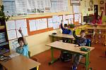 Žáci ve škole v Čisté v době koronaviru.