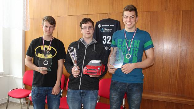 Zleva: Tomáš Rampas,  Marek Kubička a Adam Lauber sestrojili auto na vodíkový pohon