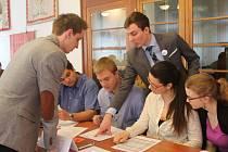 Studenti na simulovaném zastupitelstvu města Nové Strašecí