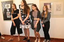 Slavnostní zahájení výstavy Řady, kterou si připravili členové společného výtvarného kroužku gymnázia a galerie.