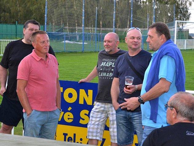 Lidé odvedle: novostrašecká fotbalová legenda Miloslav Mrázek (vpravo) po senzační výhře Strašecí vpoháru nad Kladnem.