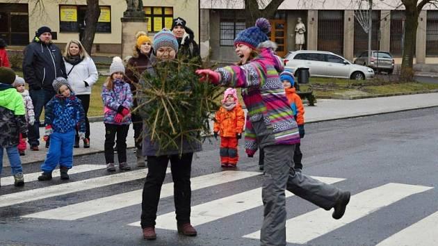 Soutěž v hodu vánočním stromkem v Novém Strašecí.