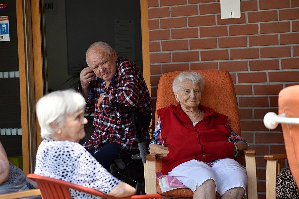 Klienti rakovnického domova seniorů si užili odpoledne s živou muzikou.