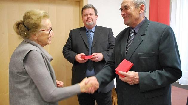 Ivo Mička přebírá medaili Ludvíka Svobody