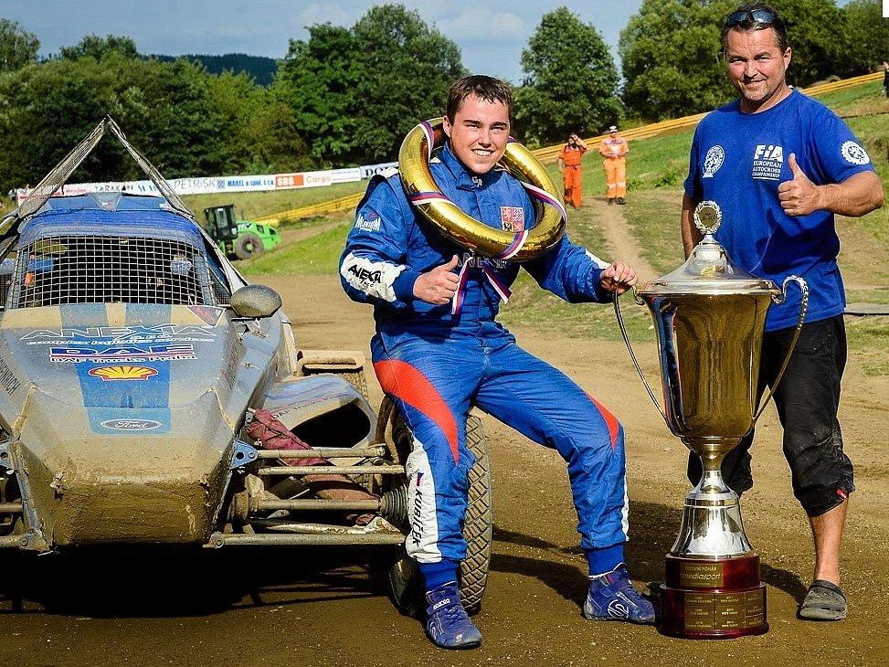 Vítěz závodu v Poříčí Jakub Kubíček (vlevo) se svým otcem.
