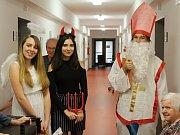 Studenti Masarykovy obchodní akademie v Rakovníku, převlečeni za Mikuláše, čerta a anděla, obdarovali rakovnické seniory.