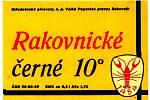 Rakovnické černé pivo zdobené etiketou v 70. letech minulého století.