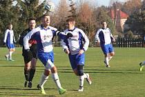 Utkání fotbalového okresního přeboru Zavidov B - Kolešovice (v černém) vyhráli domácí jasně 6:1.