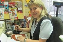 Pošmistrová Andrea Holátková razítkuje milostné zásilky