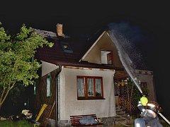 Požár rodinného domu na Příbramsku po zásahu bleskem