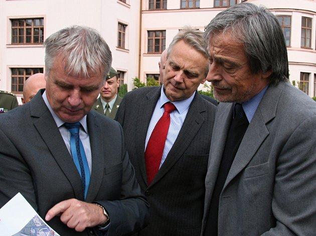 Ministr obrany Martin Stropnický (ANO) si přijel prohlédnout opuštěný vojenský objekt v Rakovník