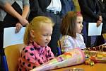 Prvňáčky ve školních lavicích ZŠ J. A. Komenského přivítal také novostrašecký starosta Karel Filip.