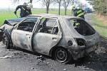 Po nárazu začalo jedno z aut hořet