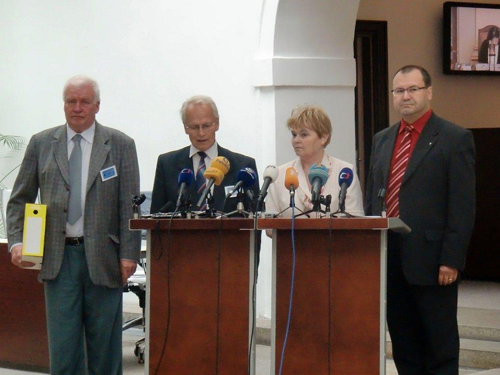 Breník (vlevo) při odevzdávání petice