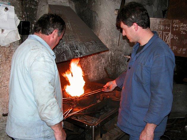 Josef Lev (vlevo) a Pavel Lev při praci u výhně.