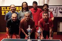 Větší důvod k úsměvu měli po finále hráči RC Rakovník, ale ani jejich soupeři z Janova nemusejí být z letošního pohárového vystoupení zklamaní. Nahoře zleva : Hejda, R.Pacourek, Dupač a Amler, dole zleva jsou Krůta, Dráždil a J.Pacourek.