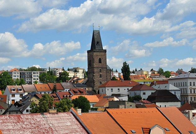 Pohled z lešení u věže radnice na město Rakovník