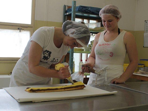 Žáci ISŠ Jesenice vyrábějí regionální potravinu listový nugátový řez