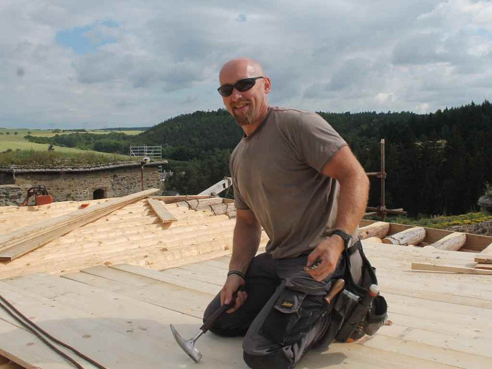 Práce na zastřešení hradu Krakovec