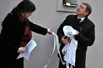 Slavnostní odhalení pamětní desky Alice Masarykové na budově nové školní jídelny v Rakovníku
