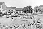 V Pražské, tehdy v Jungmannově ulici, právě započala stavba Masarykovy veřejné obchodní školy města Rakovníka.
