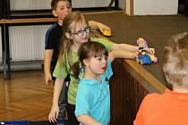 V Domě dětí a mládeže v Rakovníku děti soutěží se stavebnicemi.
