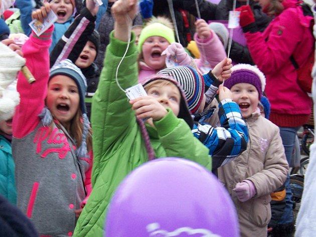 Společné vypouštění balónků s přáním Ježíškovi na Komenského náměstí v Novém Strašecí