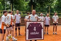 Loučící se volejbalista Michal Kriško starší dostal od spoluhráčů podepsaný dres. Rozlučka se uskutečnila symbolicky po městském derby mezi Lokomotivou a VK.