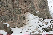 Kameny vypadávající ze zdi hradu
