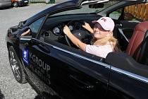 Olivia si to vyzkoušela za volantem Peugeotu, který ale sama řídit nebude.