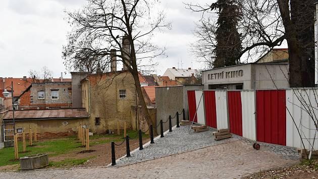 Vstup do Letního kina v Rakovníku prochází obnovou. Také prostranství před ním bylo revitalizováno.