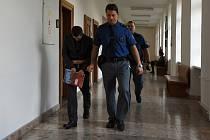 Z pokusu o vraždu se před Krajským soudem v Praze od čtvrtka zpovídá 37letý Petr S., který 30. 4. 2017 hodinu po půlnoci v opilecké rvačce pobodal o šest let staršího muže před rakovnickou diskotékou Retro Cento Club.