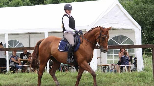 Národních soutěží Working Equitation ve Rtyni nad Bílinou se zúčastnili i koně a jezdci hředelského Jezdeckého klubu Spongilit.
