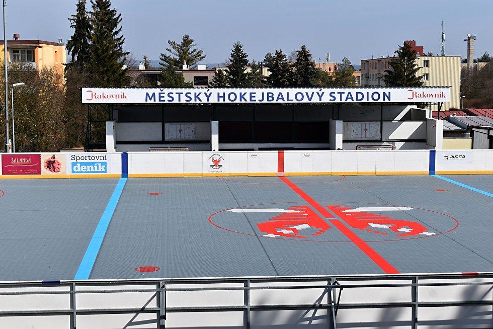 Buňky na rakovnického hokejbalovém hřišti, v nichž se nacházejí šatny, by měly být nahrazeny jednotnou stavbou.