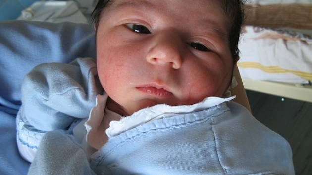 Samuel Toth ze Hředlí se v rakovnické nemocnici narodil 8. dubna 2008 pátnact minut před devátou hodinou ranní. Chlapeček po narození vážil 3,20 kilogramu a měřil 48 centimetrů.