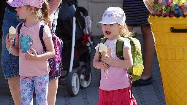 Příjemné květnové pondělí lákalo na zmrzlinu i procházku v parku.