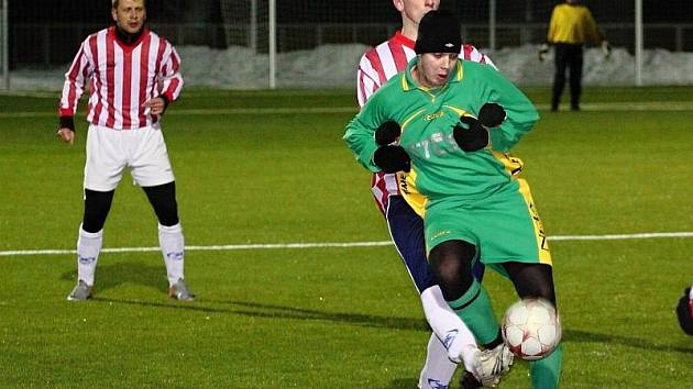 Milan Polák se snaží vymanit z držení protihráče. Branov - Vraný 2:5