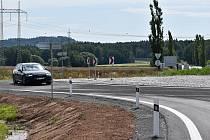 Nový kruhový objezd u Řevničova je od úterý průjezdný. Dopravu zatím řídí semafory.