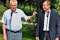 Prezident Miloš Zeman spolu s ministrem životního prostředí Tomášem Janem Podivínským zasadili v lánském parku strom